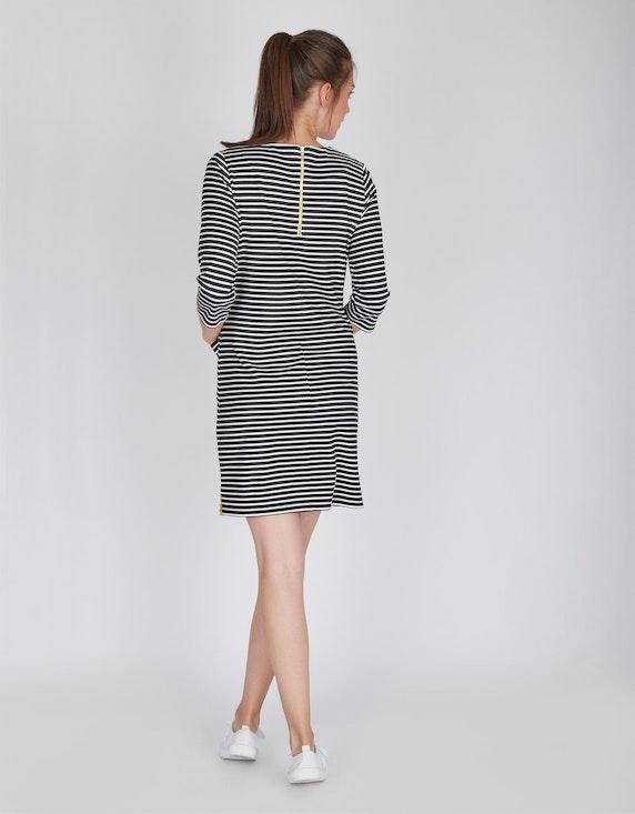 Via Cortesa Jersey-Streifen-Kleid mit aufgesetzten Taschen | [ADLER Mode]